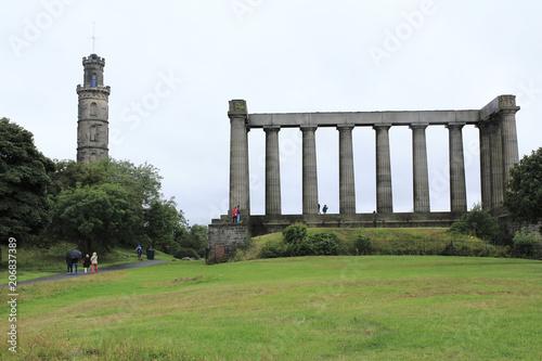 Poster Artistiek mon. National Monument und Nelsons Monument auf dem Calton hill, Berg in Edinburgh im Osten von Schottland