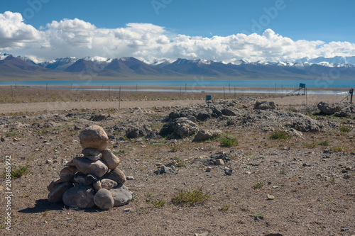 Fotobehang Blauwe jeans Landscape around the Namtse Lake in Tibet, the highest sweet water lake in the world