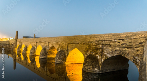 In de dag Midden Oosten Old bridge over Zayanderud river by Varzaneh , Isfahan province, Iran