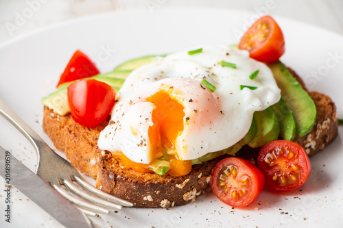 Fotografía  Healthy breakfast with avocado and poached egg toast