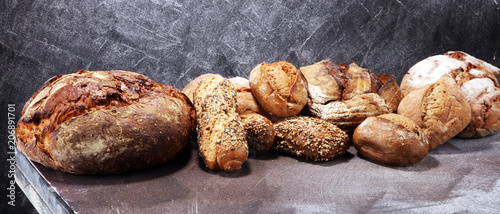 In de dag Bakkerij Different kinds of bread and bread rolls on board from above. Kitchen or bakery