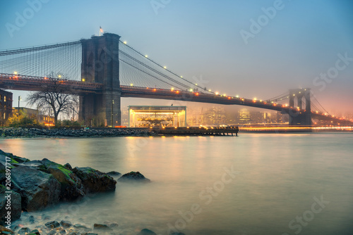 Foto op Plexiglas New York City Brooklyn bridge and Manhattan at foggy evening, New York City