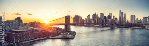 Tablou Canvas Panoramic view of Brooklyn bridge and Manhattan at sunset, New York City