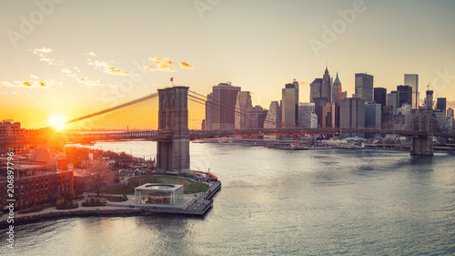 In de dag Brooklyn Bridge Panoramic view of Brooklyn bridge and Manhattan at sunset, New York City