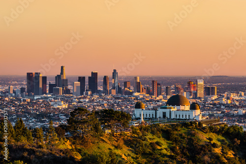 Foto auf Gartenposter Stadtgebaude Los Angeles skyscrapers and Griffith Observatory at sunset