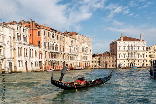 Fotografía Venetian Gondolier Punts Gondola in Venice, Italy
