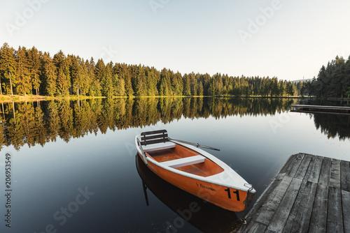 Foto op Plexiglas Ochtendgloren Boote am Fichtelsee im Fichtelgebirge bei Sonnenaufgang