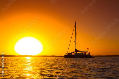 Canvas Print catamaran devant un coucher de soleil
