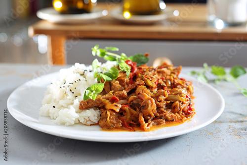 Gotowe dnie obiadowe. Gulasz z warzywami podany z ryżem.