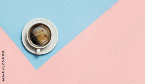 Foto auf AluDibond Kaffee Flat lay of minimalistic picture of coffee on pink and yellow background.