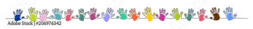 Linie aus bunten Handabdrücken