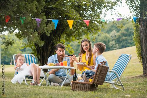 Familie beim Picknick im Park