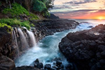 Wodospad w Queen's Bath podczas zachodu słońca, Kauai, Hawaje