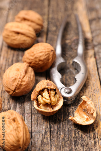 Fotografía  walnut on wood background