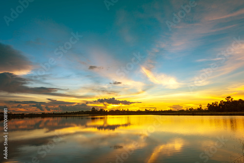 In de dag Groen blauw Scenery lake landscape with blue sky and sunset