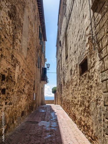 Poster Smal steegje Narrow streets in the medieval town of Pienza, Tuscany