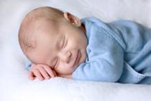 Bébé Nouveau-né Dort Paisiblement Avec Un Sourire