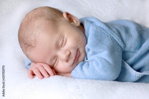 Fotografia Bébé nouveau-né dort paisiblement avec un sourire