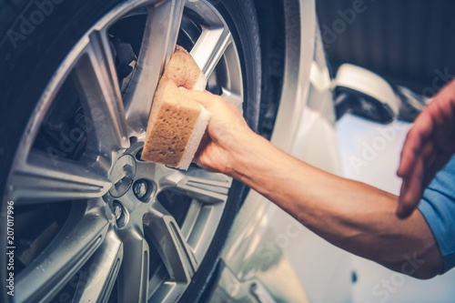 Fotografía  Men Cleaning Car Alloy Wheel