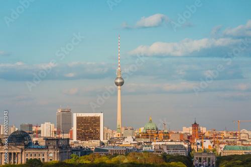 Zdjęcie XXL Berlin Skyline - Fernsehturm i Brama Brandenburska z lotu ptaka