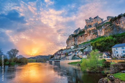 Foto auf AluDibond Cappuccino Beynac-et-Cazenac village with medieval Chateau Beynac on dramatic sunset, Dordogne, France
