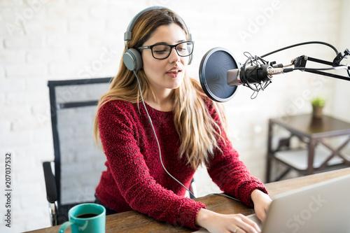 Valokuvatapetti Female live on online radio