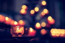 Opferkerze In Kirche, Spende, Lichtpunkte Im Hintergrund