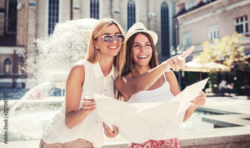 Photo  Young tourists enjoying in vacation, having fun together