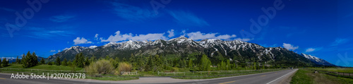 Photo Beautiful panoramic view of Grand Tetons mountains partial covered with snow in