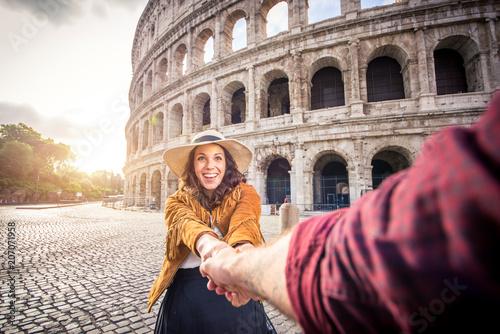 Fotografia  Couple at Colosseum, Rome
