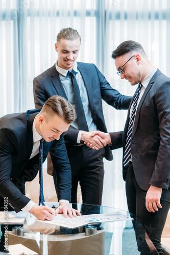 Fotografía  man signing contract closeup