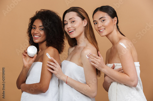 Fotografía  Beauty portrait of three young multiracial women with different types of skin: c