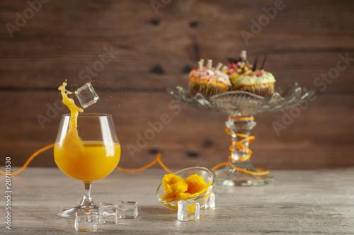 Photo  Świeży sok z mango i ciastka na deser
