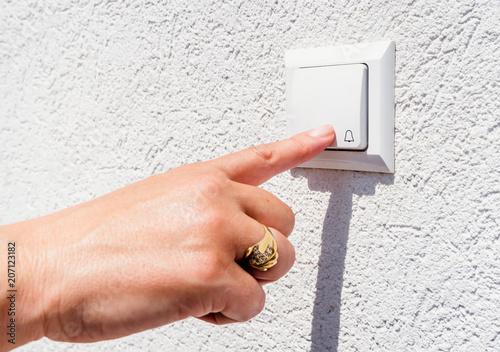Fotografie, Obraz  hand ringing on doorbell