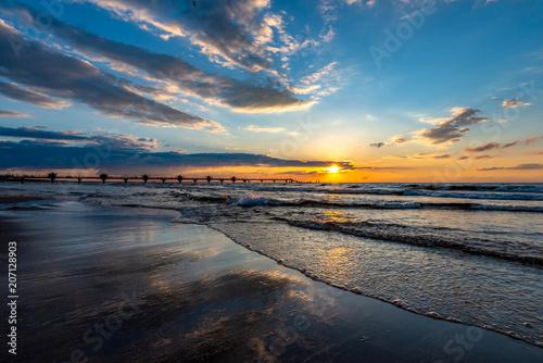 Obraz zachód słońca z widokiem na molo w Międzyzdrojach, Polska - fototapety do salonu