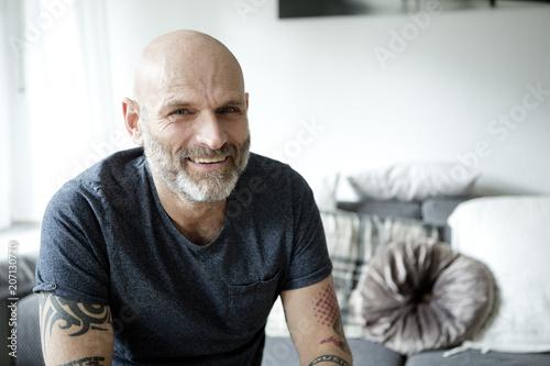 Mann in seiner Wohnung