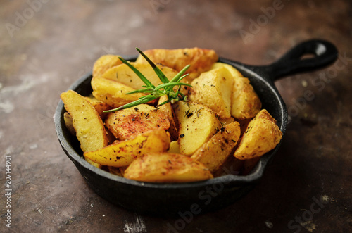 Spanish potatoes with spices, patatas bravas Fototapet