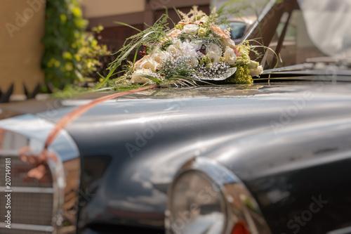 Oldtimer Auto 280se Coupe Mit Brautstrauss Und Blumen Fur Hochzeit
