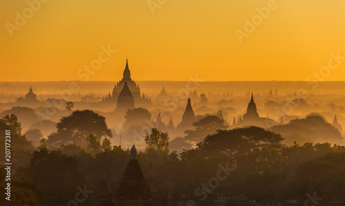 Fotobehang Asia land Sunrise over ancient Bagan, Myanmar