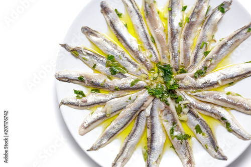 Photo Delicious Marinated anchovies with parsley, olive oil and vinegar isolated on white background