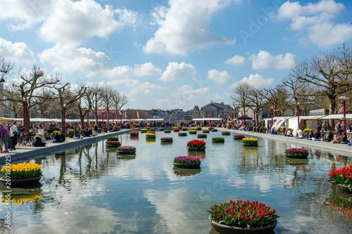 Plakat AMSTERDAM holandie - APR 2, 2017: Piękny muzeum kwadrat z stawowym i spławowymi tulipanami. Hala muzyczna w tle