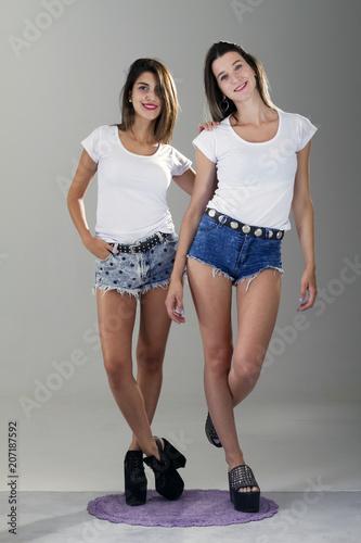 Fotografie, Obraz  Modelos posando remera blanca de frente a cámara para pegar diseño de remera
