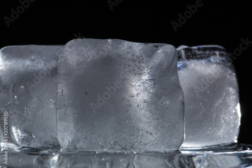 Photo  texture of three ice cubes on a black background close-up