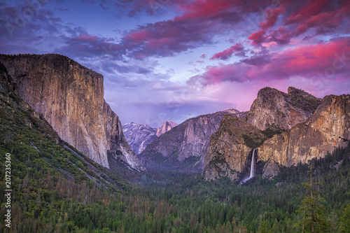 Photo  Dramatic clouds after sunset over Tunnel View in Yosemite National Park