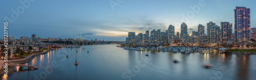 Fotografía Panorama of Yaletown and downtown Vancouver after sunset.