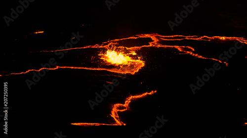 Krater wulkanu Erta Ale, rozpływająca się lawa, depresja Danakil Etiopia