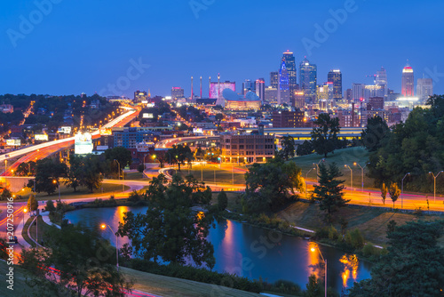 Tuinposter Verenigde Staten kansas,missouri,usa. 09-15-17, beautiful kansas city skyline at night.