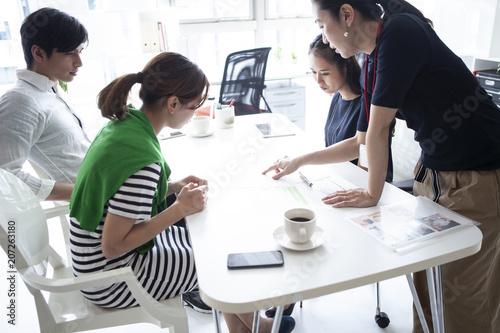 Fotografía  会議資料を見ながら話し合いを行うオフィス風景