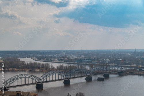 Poster Artistiek mon. Die Daugava-Eisenbahnbrücke in Riga