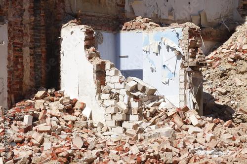 Mauerreste und  Trümmer eines abgerissenen Hauses Fotobehang